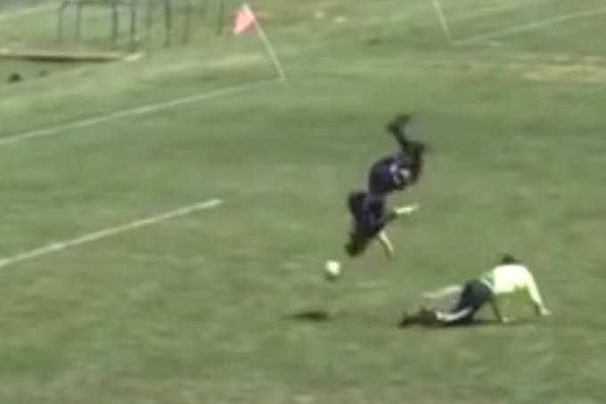 Vídeo: Jogador dá salto espetacular para fazer gol
